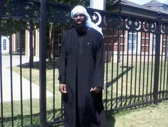 Alton-Nolen-in-Islamic-dress-585x442
