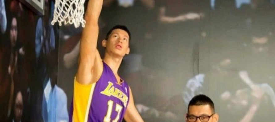 HILARIOUS: NBA Basketball Star Pretends to Be Wax Statue, Pranks & Scares Fans at Madame Tussauds SF