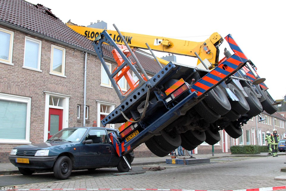 2405DC6500000578-2872701-Homewrecker_This_crane_toppled_onto_homes_when_a_hapless_Romeo_s-a-3_1418487323930