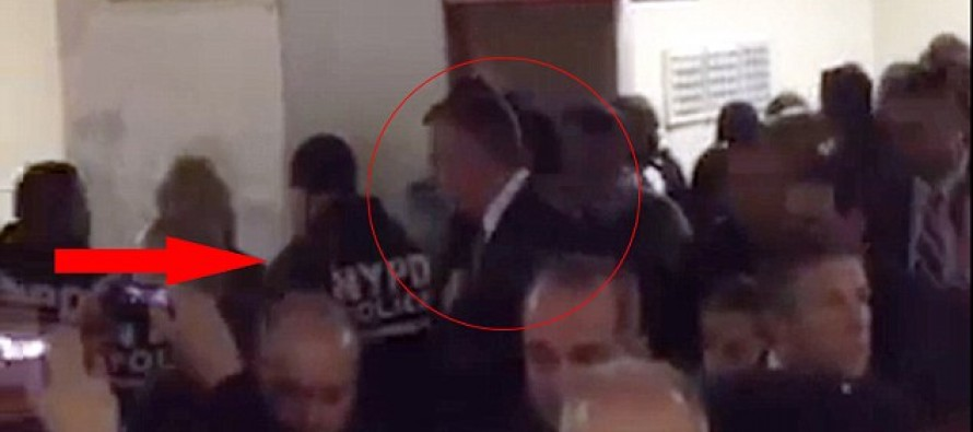 Police officers literally turn their backs on NYC Mayor Bill de Blasio after blaming him for murder of fellow cops