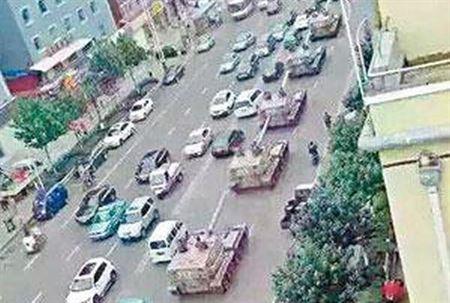 PLA tanks pass through Yanji near the China-North Korea border. (Internet photo)