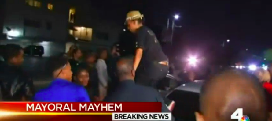 LA Mayor Surrounded by Hostile #BlackLivesMatter Protesters – Chaos Descends [Video]