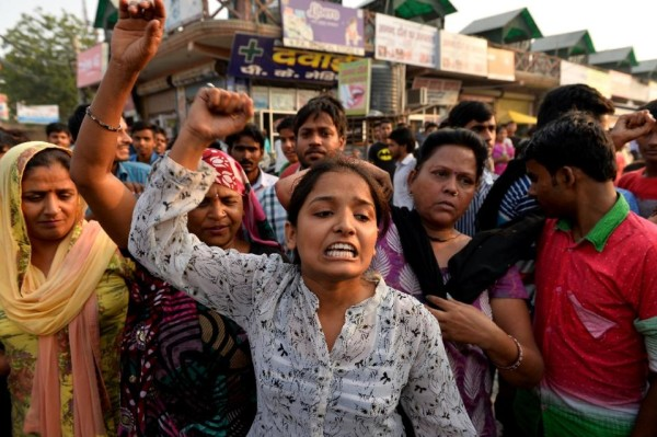 Indian protesters shout slogans during a demonstration near the home of a minor girl who was raped in New Delhi, on October 17, 2015 (AFP Photo/Chandan Khanna)