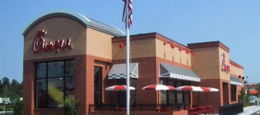 Chick-Fil-A Employee Stands Up In Restaurant, Opens His Mouth & Stuns Customer Into Silence