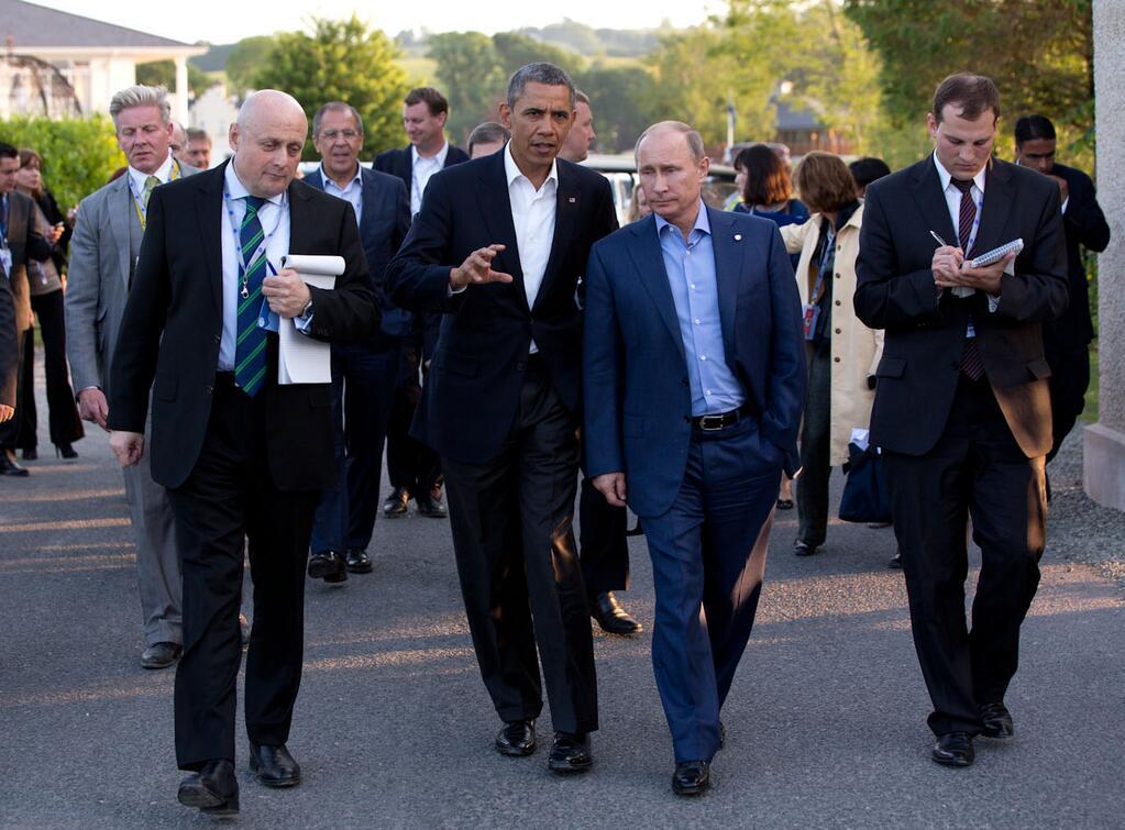 Barack_Obama_and_Vladimir_Putin_walking_in_Ireland
