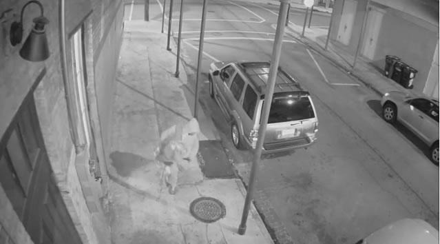 man robbing woman