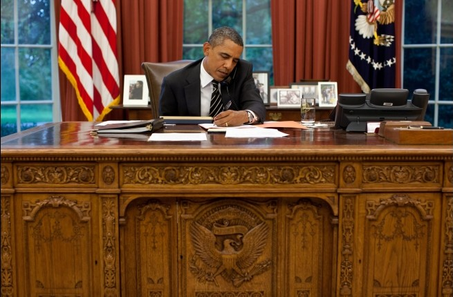 obama-at-the-desk2