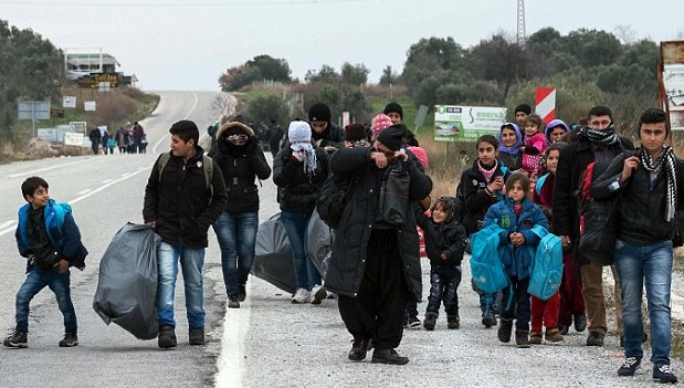 30BBE0BD00000578-3428474-Migrants_walk_near_Ayvacik_Turkey_before_travelling_to_Greek_isl-m-23_1454434114968