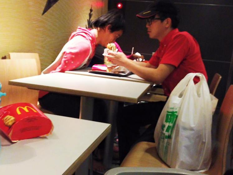 The heartwarming image was taken by a customer at the fast food branch in Chaozhou Town, Pingtung County, last week (Picture: CEN)