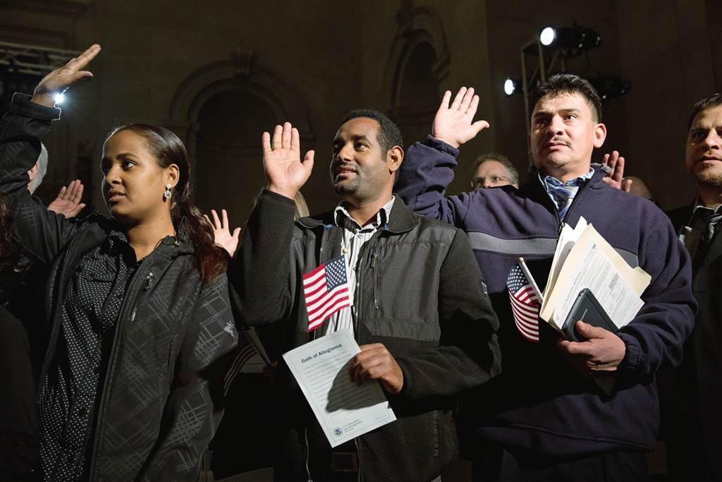 ss-151216-citizenship-ceremony-04_d16a3e907da44b18140c1ee772663f3a-nbcnews-ux-1024-900