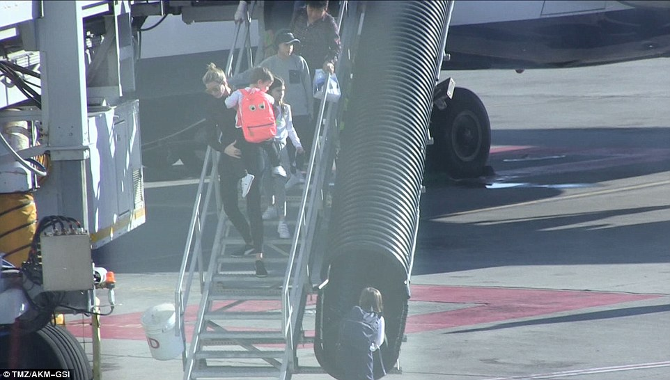 3b96d73300000578-4060708-the_great_escape_ivanka_was_photographed_getting_off_the_jetblue-a-37_1482475691163