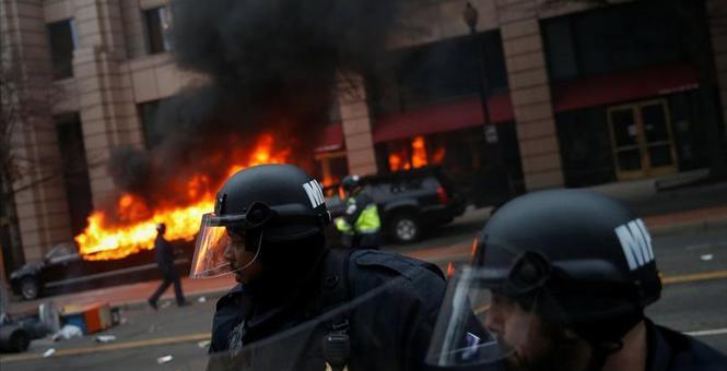 2017-01-20T223621Z_1_LYNXMPED0J1O3_RTROPTP_3_USA-TRUMP-INAUGURATION-PROTESTS