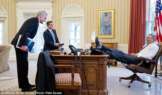 3DC9EF5600000578-4266510-Stretching_out_Obama_grins_with_his_feet_on_the_table-a-126_1488263299569