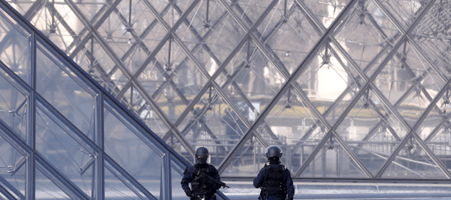 """French Soldiers shoot down """"Allahu Akbar"""" Islamic Terrorist outside of Louvre Museum"""