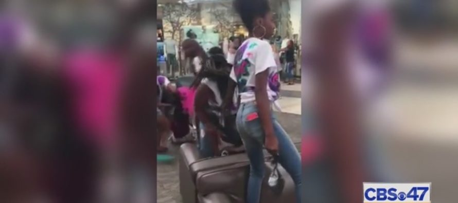 60 Teen Girls Viciously BRAWL in Shopping Mall [VIDEO]