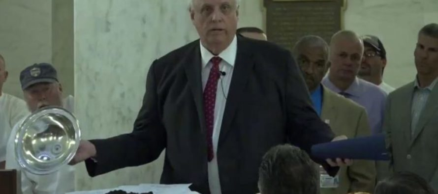 Democrat Governor Brings Feces & Sandwiches To News Conference [VIDEO]
