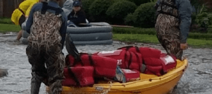Pizza Hut Employees Deliver Steaming Pizza By Boat To Hurricane Harvey Victims!